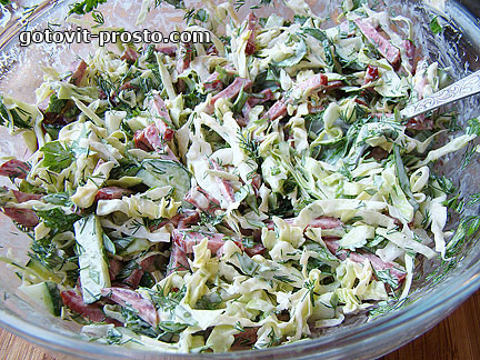 Салат из огурцов и колбасы