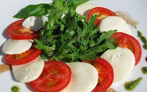 Итальянский салат с моцареллой