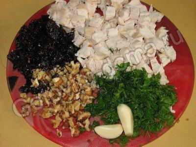 Салат с курицей с черносливом